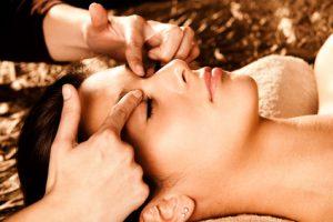 lifting facial energetique main sur le visage