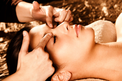 lifting facial energetique main sur le visage