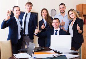 equipe sourire bien etre travail