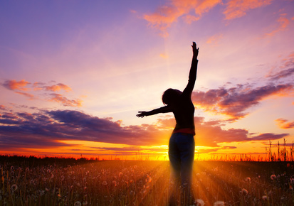 femme sous le soleil bras levee joie
