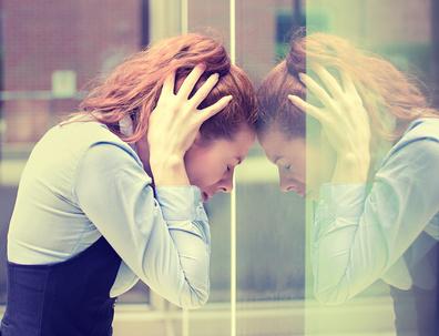 femme tete dans les mains appuyee vitre burnout