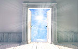 salle avec une porte ouverte sur soleil et ciel bleu